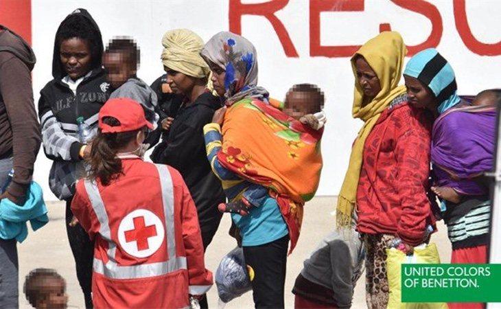 Una de las imágenes utilizadas por Benetton muestra la llegada de migrantes a Valencia