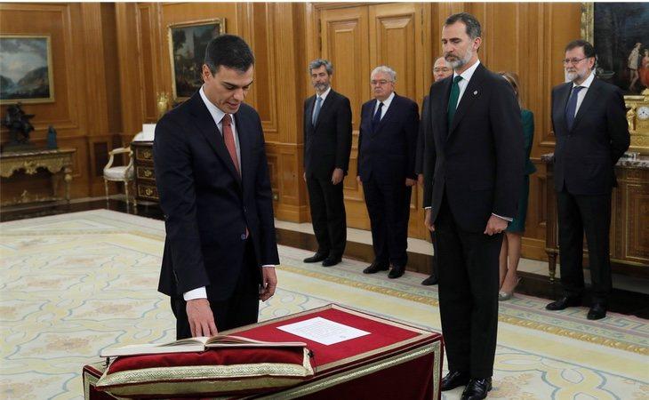 Pedro Sánchez juró el cargo sin crucifijo ni Biblia, su primer acto simbólico
