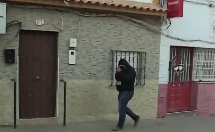 'El Prenda' llegando a su casa