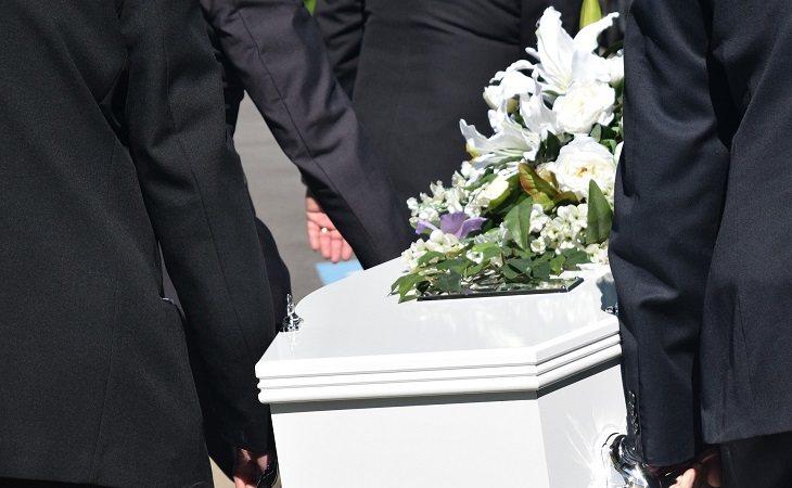 Asistir a funerales de desconocidos es una nueva afición
