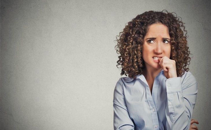La persona puede desarrollar cuadros de ansiedad social