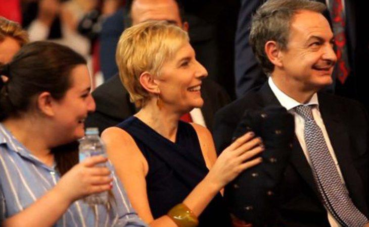 Familia de Zapatero al completo en la ceremonia de entrega de la orla de su hija Alba
