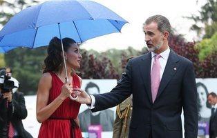 El último feo en público de Letizia al Rey Felipe VI llega en forma de paraguas