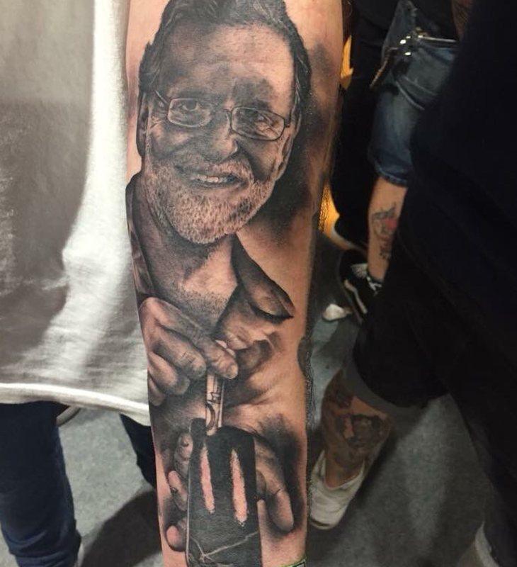 Antebrazo del joven que se tatuó la cara de Rajoy