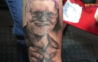 Un joven se tatua en el antebrazo la cara de Rajoy esnifando cocaína