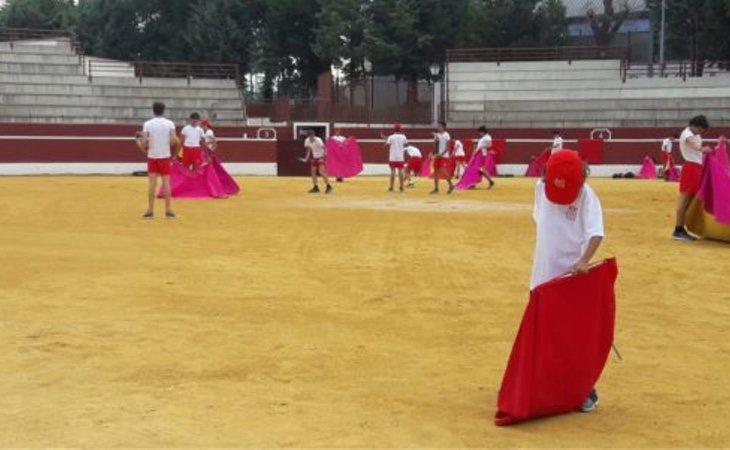 Clase de toreo en el campamento financiado por la Comunidad de Madrid