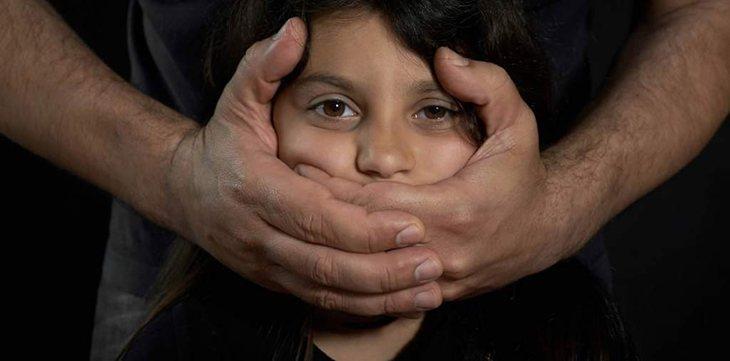 La pequeña estaba amenazada con el asesinato de su madre si denunciaba a los actos de su padre