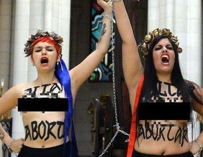 Dos activistas de Femen, juzgadas por encadenarse a un crucifijo en la Almudena