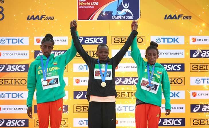 Girmawit Gebrzihair, primera por la derecha, recogiendo la medalla de bronce