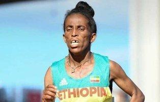 Esta atleta etíope dice tener 16 años y levanta la polémica por las dudas sobre su aspecto