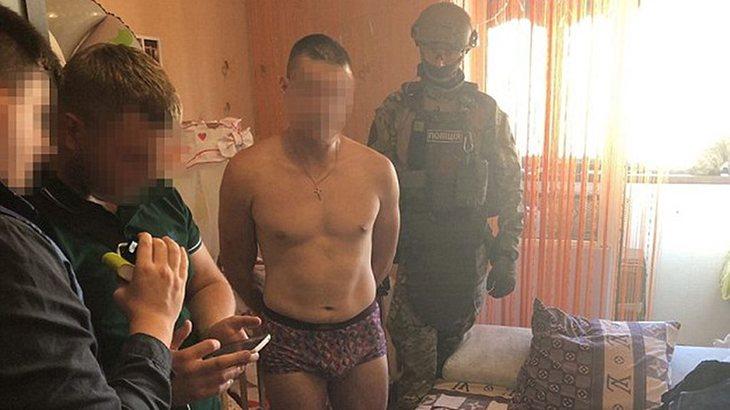 El presunto violador siendo arrestado por la policia ucraniana