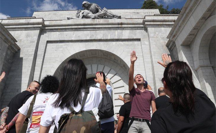 Grupo de personas en la peregrinación en contra de la exhumación del dictador Francisco Franco
