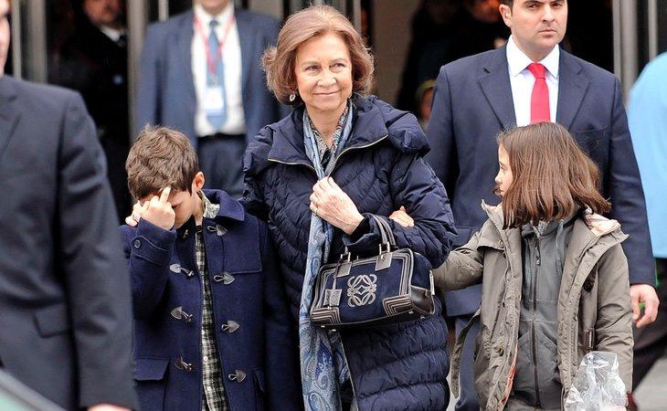 Froilán y su peineta junto con su abuela, la Reina Sofía, y Victoria Federica Marichalar