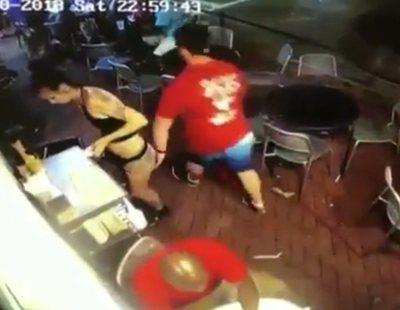 La gran reacción de una camarera cuando un machirulo decide tocarle el culo