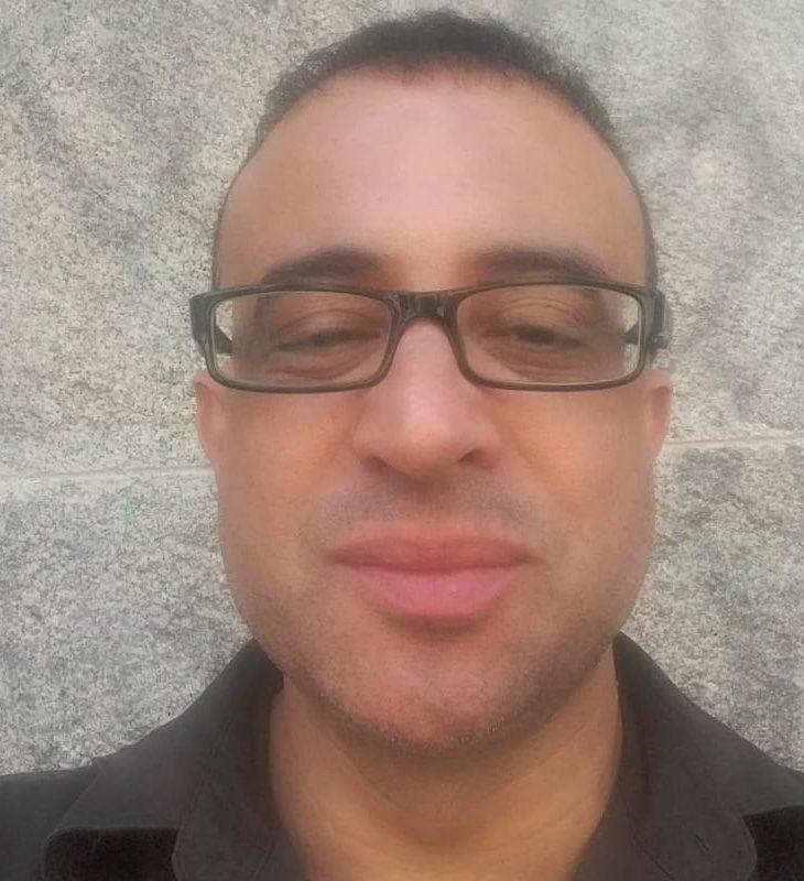 Karim ha sido despedido tras sufrir una agresión homófoba y racista