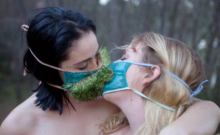 Dos mujeres ecosexuales manteniendo sexo