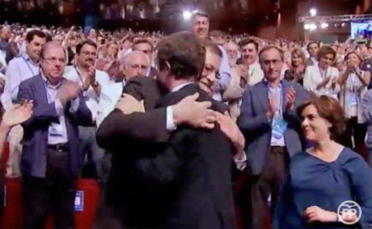Pablo Casado ha recibido abrazos de Rajoy y Soraya ante la ovación del público