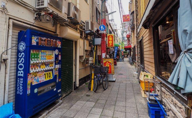 Máquinas expendedoras en un callejón de Japón