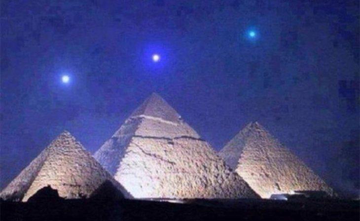 Imagen falsa viral de tres planetas alineados con las pirámides de Giza