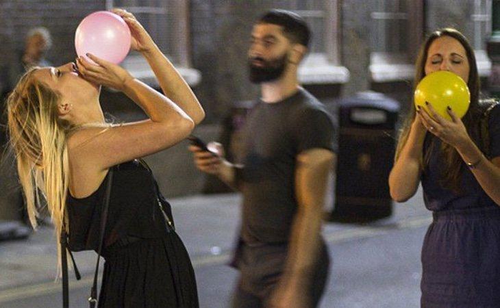 Chicas consumiendo óxido nitroso. /Foto:infobae