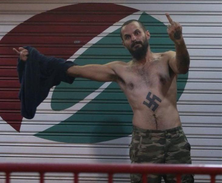 Antonio Castellón riéndose de los antifascistas mientras era detenido por la Policía Urbana de Barcelona