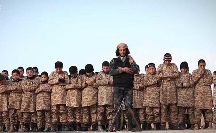Niños adoctrinados por el Estado Islámico