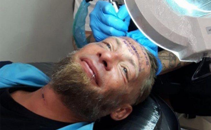 Fotografía difundida por el local que le realizó el tatuaje
