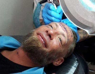 Varios turistas ingleses pagan a un sintecho para que se tatúe el nombre del novio en la frente