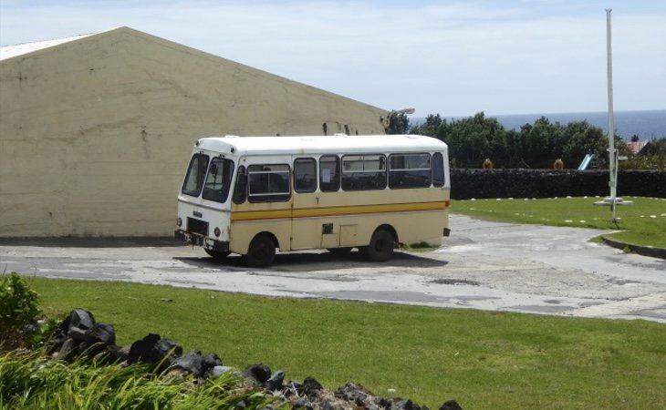 Este es el flamante autobús que funciona en la isla