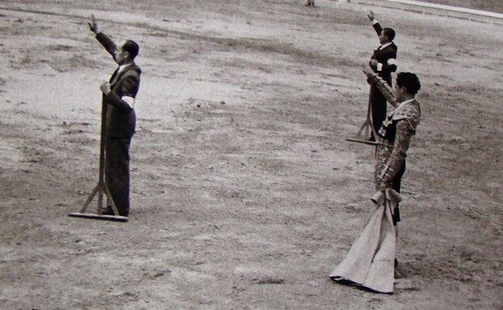 Toreros haciendo el saludo fascista