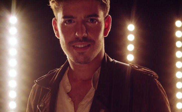 Roi durante el videoclip de 'Por una vez más'