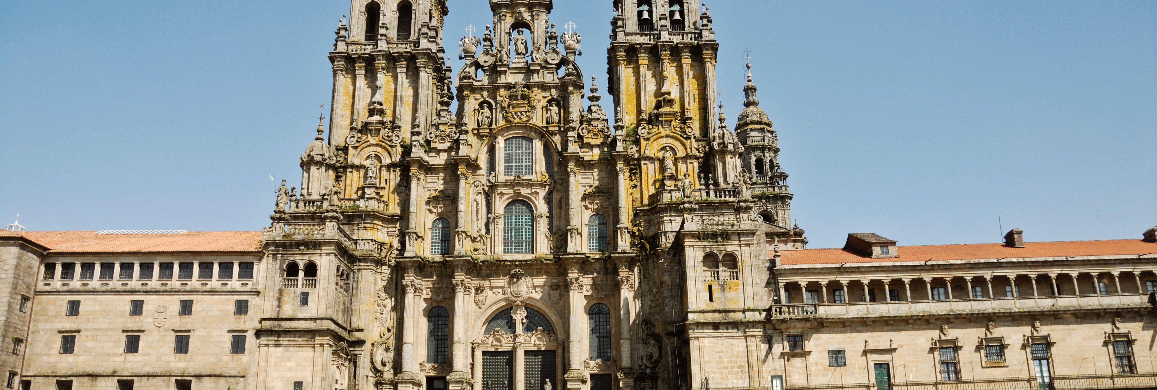 Realizan una pintada en la fachada de la Catedral de Santiago de Compostela