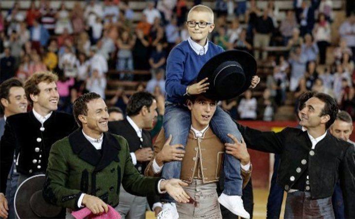 Adirán Hinojosa durante su homenaje en la plaza de toros de Valencia