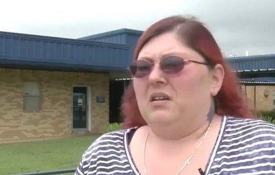 Cierra un colegio después de que unos padres amenazasen a una chica transgénero
