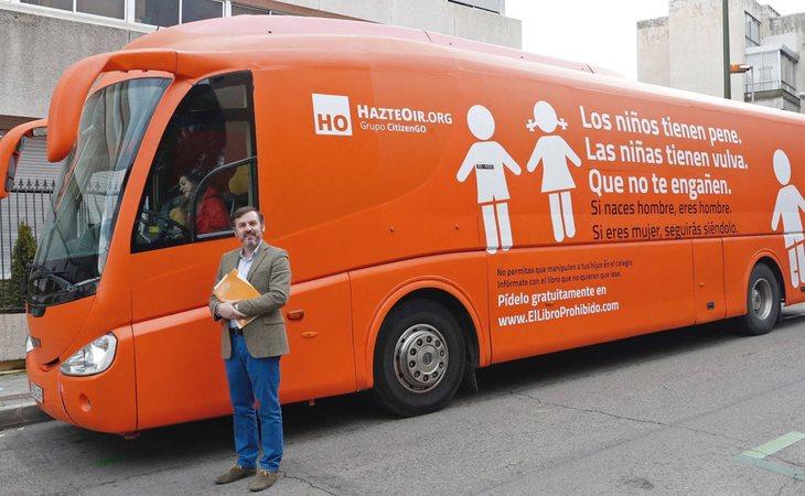 Ignacio Arsuaga, presidente de Hazte Oír, frente al autobús con mensajes de odio en contra de los menores transexuales que pasearon por España