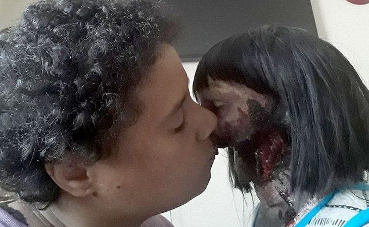 Felicity Kadec, enamorada de su muñeca Kelly