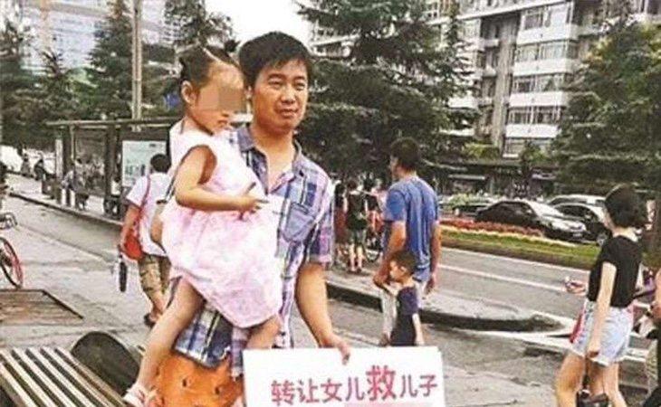 Liang Yujia con su hija por las calles de Huaxi