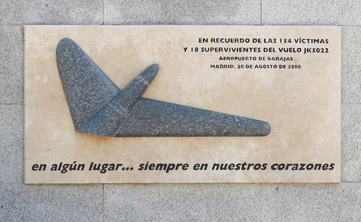 Placa en recuerdo de las víctimas de Spanair