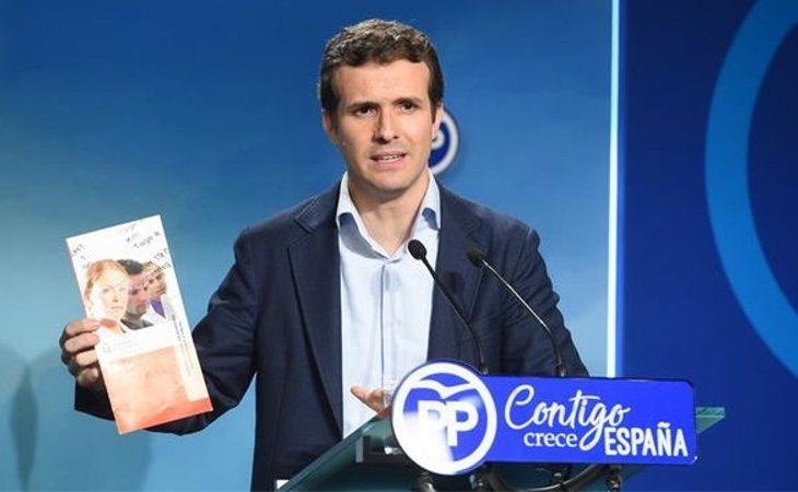 Pablo Casado mostró el folleto de su máster, pero no dejó que la prensa viese sus trabajos