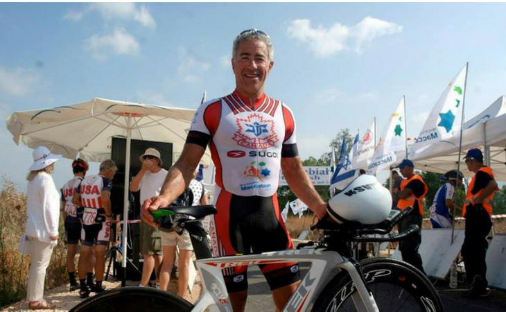 Sylvan Adams durante el Giro en Israel