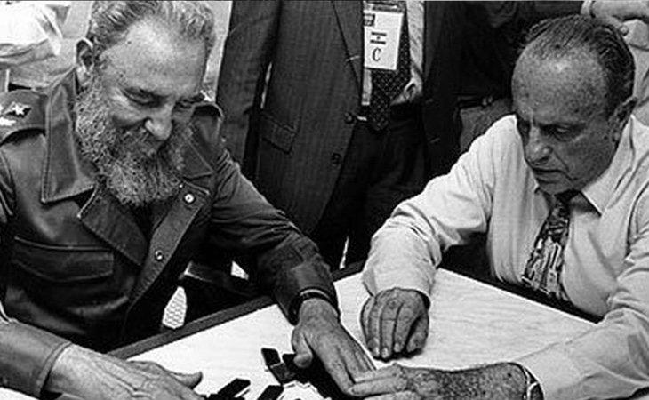 Algunos miembros del franquismo continuaron con las relaciones tras la caída del régimen: en la fotografía, Manuel Fraga y Fidel Castro en 1992