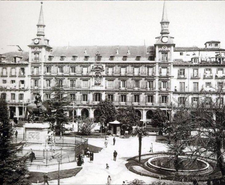 La plaza Mayor lucía jardines durante el siglo XIX