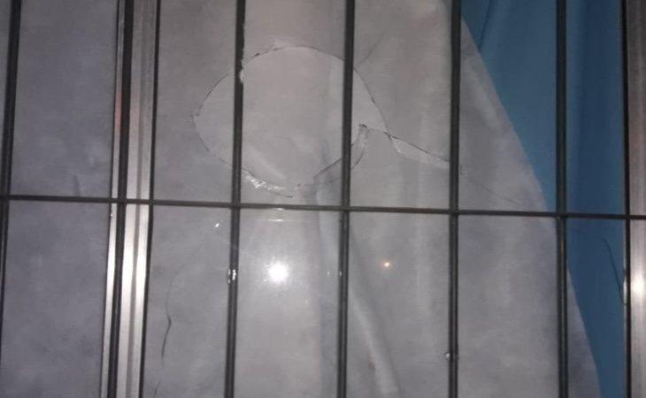 Los agresores tiraron piedras a su casa. /Foto: Crónica