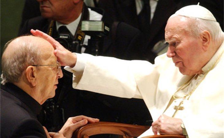 Juan Pablo II bendice a Marcial Maciel durante una audiencia especial al fundador de los Legionarios de Cristo