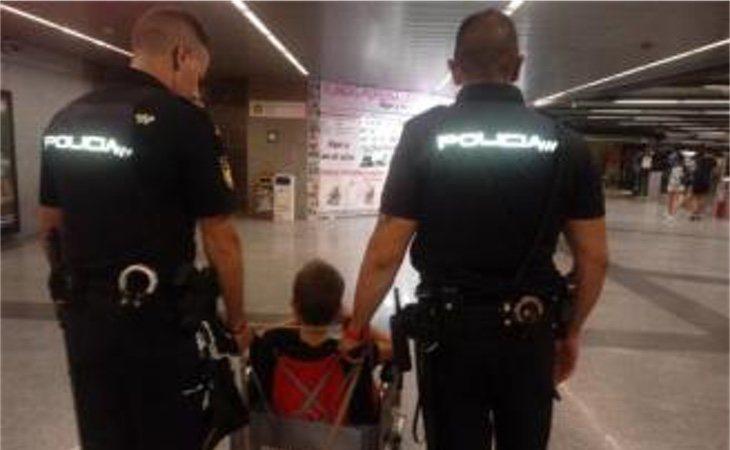 Los dos policías que los ayudaron finalmente