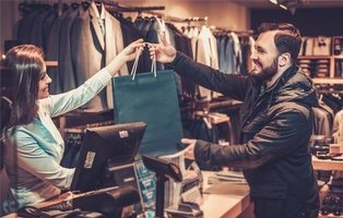 Una reconocida tienda castiga a una dependienta porque los clientes la calificaron con 10