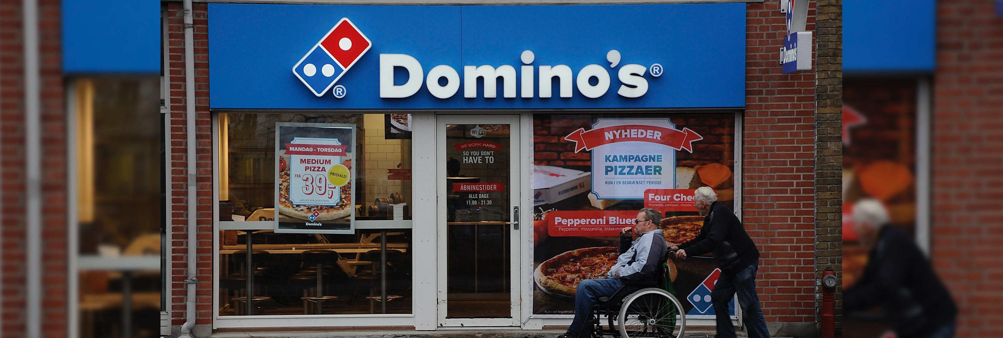 Pizza gratis de por vida por tatuarse el logo de la empresa: la campaña de Domino's que se le ha vuelto en contra
