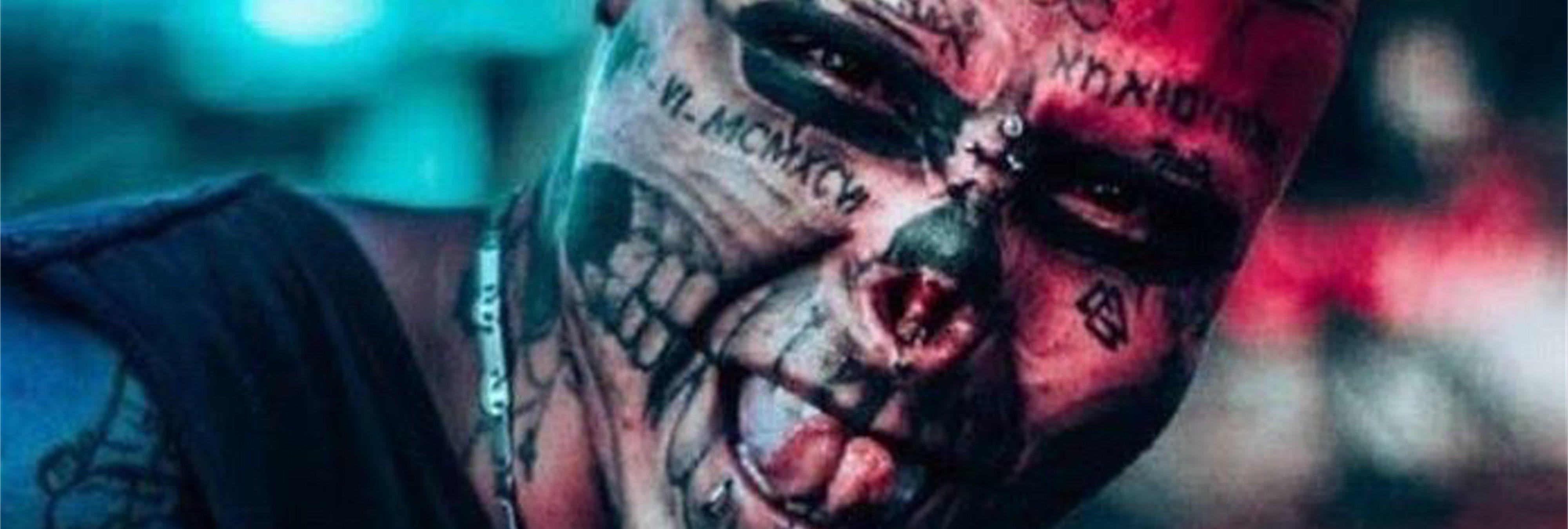 Se tatúa la cara y se mutila la nariz y las orejas para parecer una calavera