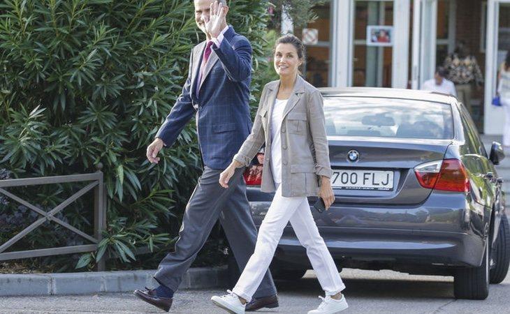 La reina caminaba con el móvil en la mano. /Foto:Gtres