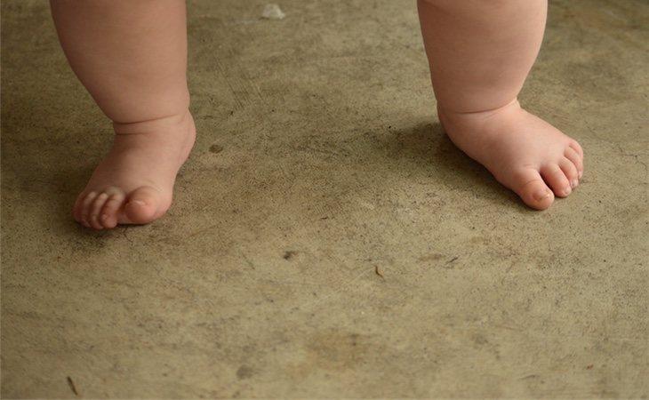 La madre tiró al bebé de diez meses desde un séptimo piso